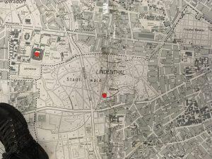 Auf dem Bild siehst du eine große Karte der Stadt Köln